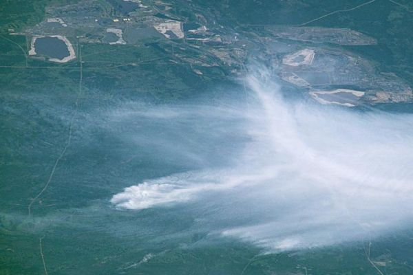 THIS CRAZY PHOTO FROM THE SPACE STATION HELPS PUT CANADA'S WILDFIRE IN PERSPECTIVE