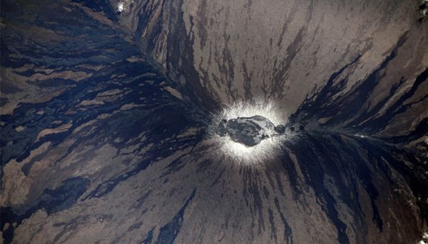 THIS IS HOW HAWAII'S MAUNA-LOA VOLCANO LOOKS LIKE FROM SPACE STATION!