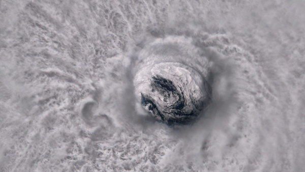 THIS IS WHAT THE WORLD LOOKS LIKE THROUGH THE EYE OF A HURRICANE