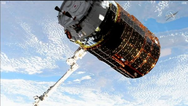 CANADIAN ROBOTIC ARM CAPTURES JAPANESE SPACE FREIGHTER